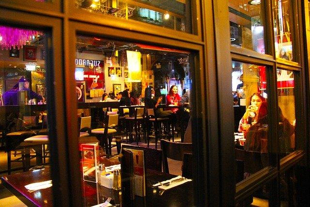 Interviews führen im Café trotz Hintergrundgeräusche