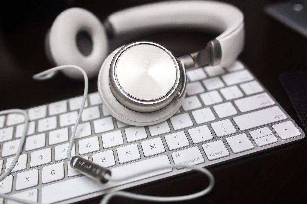 Tastatur und Kopfhörer